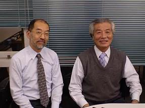 開発者の(株)ゼンワールド代表取締役松井延之(右)と北海道大学触媒化学研究所 大谷教授(左)